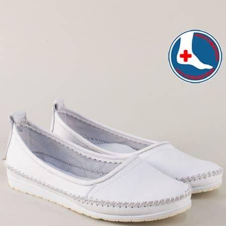 Бели спортни обувки от естествена кожа на равно ходило mm211b