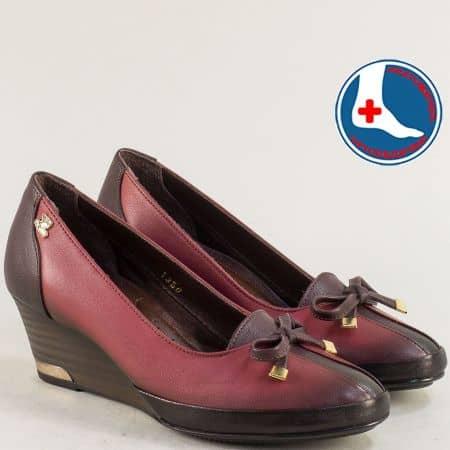 Дамски обувки от естествена кожа в бордо на клин ходило n1350bd