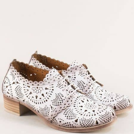 Бели дамски обувки с връзки и лазерна перфорация nn105b
