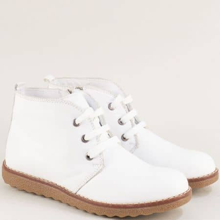 Дамски боти в бяло от естествена кожа на равно ходило nn201b
