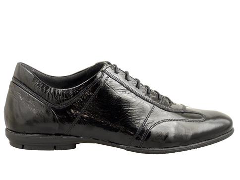 Мъжки обувки с изчистен дизайн в черен естествен лак, произведени от Комоп - Пещера 6402lch