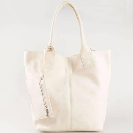 Бежова дамска чанта тип торба с изчистена визия и трит ефект s1199bj