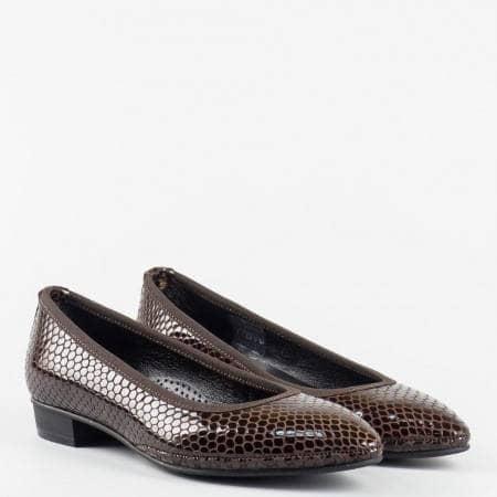 Удобни  дамски обувки  от 100% естествен лак с ортопедична стелка с кроко принт  в кафяв цвят z137601k