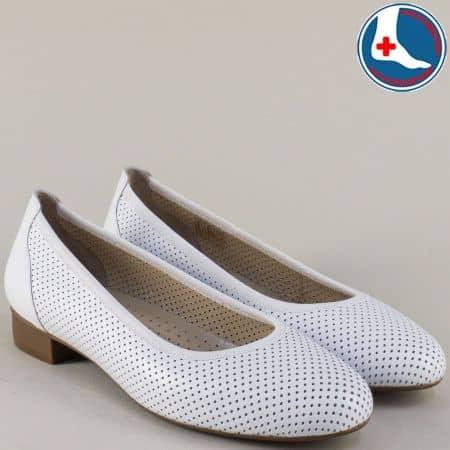 Бели дамски обувки от естествена кожа с перфорация на нисък ток z173803b